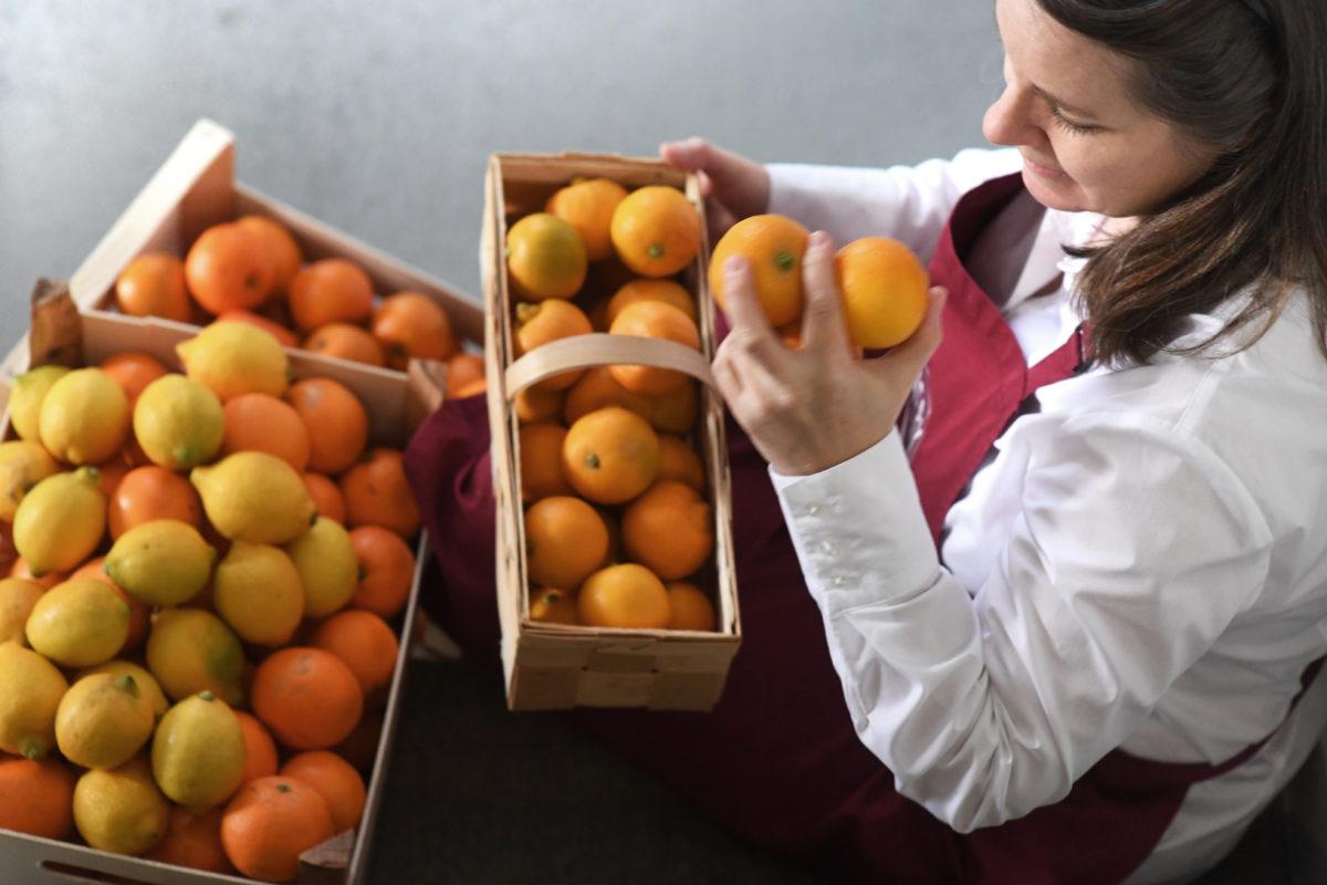 Frau Rührwerk macht die Qualitätsprüfung Zitrusfrüchte