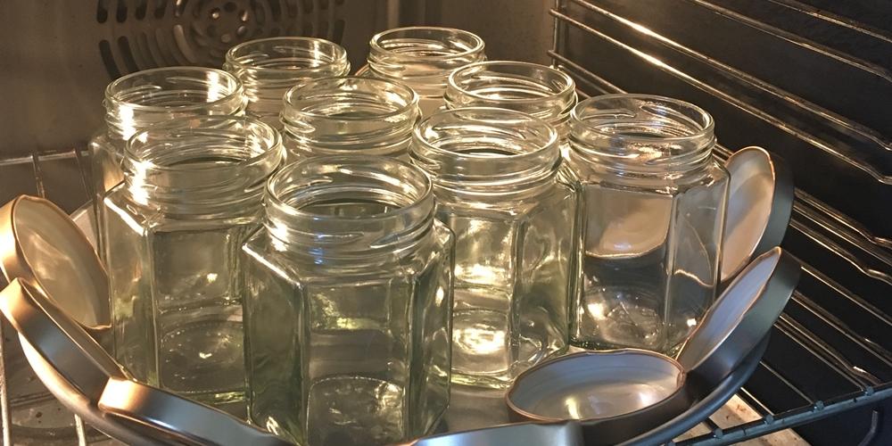 Marmeladengläser zum Sterilisieren im Backofen