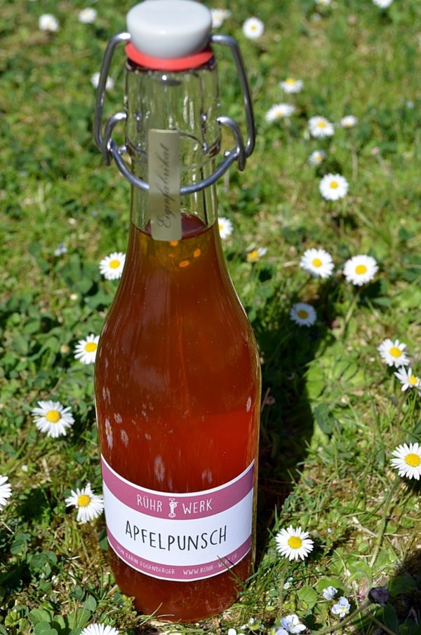 Flasche mit Apfelpunsch aus biologischen Zutaten zum heiss und kalt trinken.