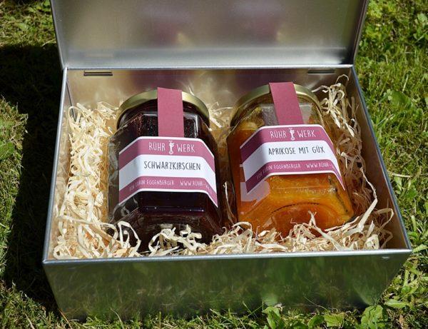Blechdose mit zwei Fruchtaufstrichgläsern à 200 g. Der Inhalt kann individuell bestückt werden.