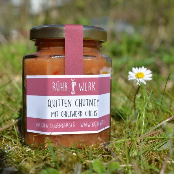 Ein Glas mit Quittenchutney. Es ist süss-sauer und pikant. Quitte und Chili harmonieren toll und sind so zusammen verkocht ein Genuss.
