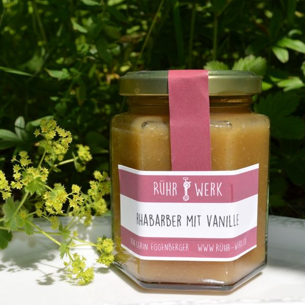 Glas mit Rhabarber-Fruchtaufstrich. Dieser wurde mit Vanille aus Madagaskar verfeinert und ist fein püriert. Was für ein Genuss.