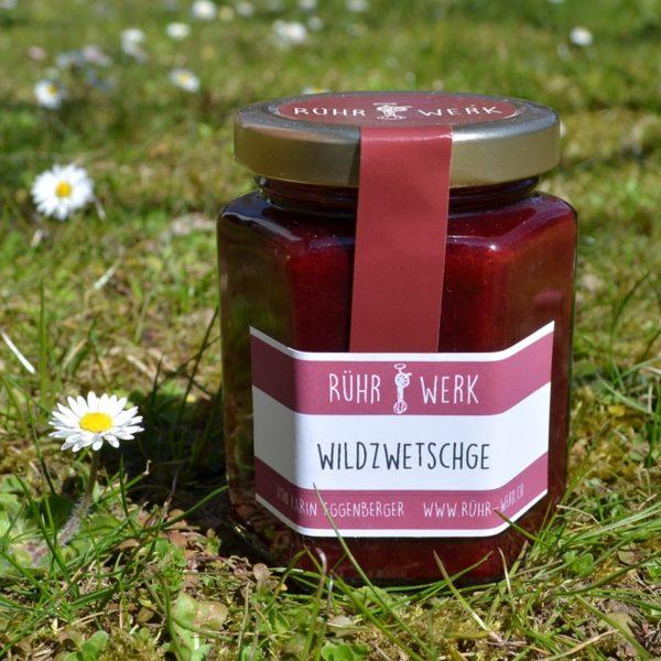 Fruchtaufstrich aus Wildzwetschge ergibt einen samtigen Aufstrich in dunklem Rot mit wunderbarem Aroma.