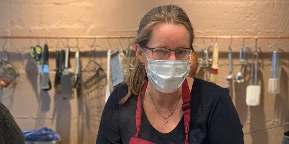 Frau Rührwerk gibt einen Kurs mit Gesichtsmaske um sich und die Teilnehmenden vor Corona zu schützen.