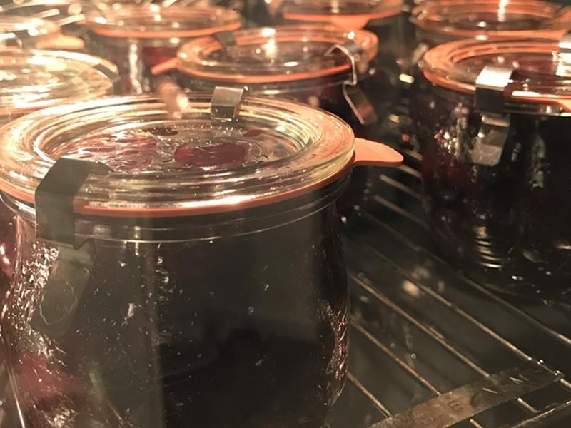 Weckgläser gefüllt mit entsteinten Kirschen im Steamer