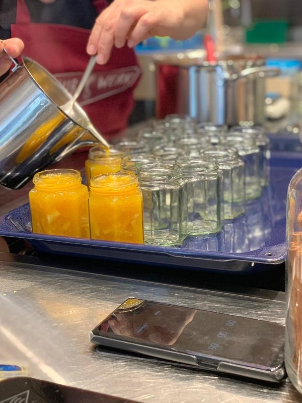 Fruchtaufstrich wird abgefüllt in sterilisierte Gläser
