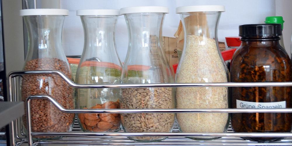 Küchenschrank mit verschiedenen Vorräten, die im Januar wärend der Aufräumchallenge optimiert und verarbeitet werden sollen.