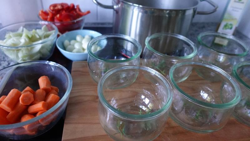 Vorbereitete Gläser die im Backofen sterilisiert wurden