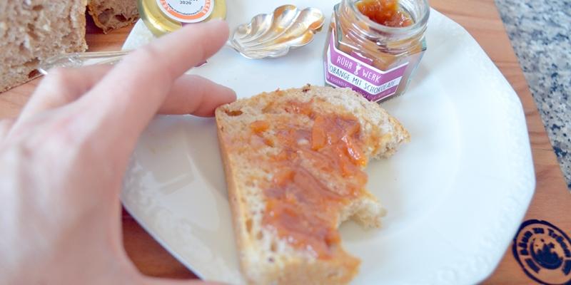 Stück vom frisch gebackenen Brot mit Bitterorangen-Schokoladen Marmelade, die 2020 einen Silberaward erhalten hat