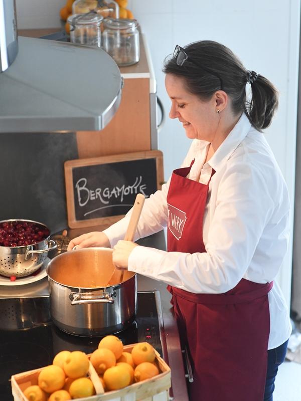Frau Rührwerk bloggt über ihr kochen. Man sieht Frau Rührwerk am Orangenfruchtaufstrich kochen.