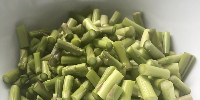 Grünspargel geschnitten, bereit zum Einfrieren