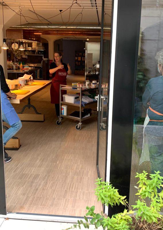 Frau Rühr-Werk gibt Kurs im AtelierFoif in Winterthur. Sie erklärt die Zutaten des Einmachkurses.