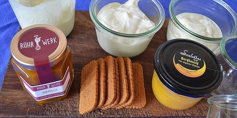 Zutaten: Fruchtaufstrich, Honig, Lotuskekse, Quark, Joghurt, Schlagrahm