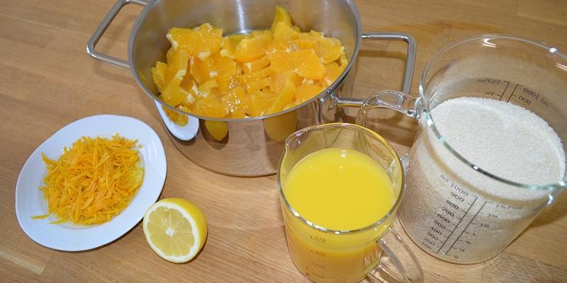 Orangenfleisch gewürfelt, Schale in feine Streifen geschnitten, Orangensaft, Rohrohrzucker, Zitrone
