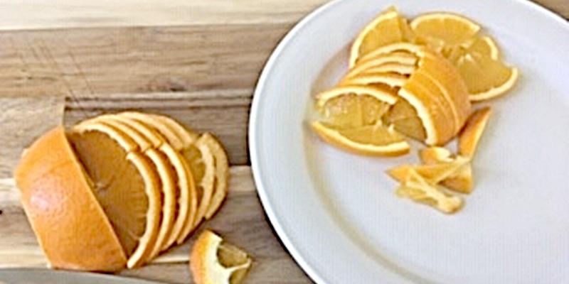 Orangen geviertelt und mit Schale in feine Streifen geschnitten