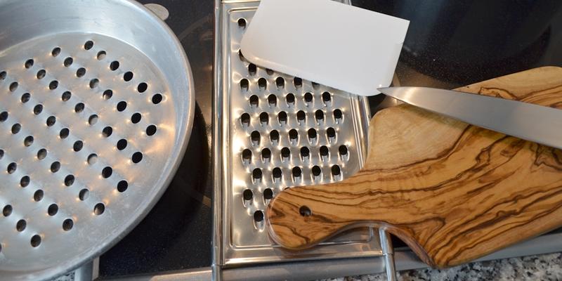 Verschiedene Werkzeuge zum Spätzli herstellen, Brett und Messer, Spätzlisieb, oder Röstiraffel und Teigspachtel