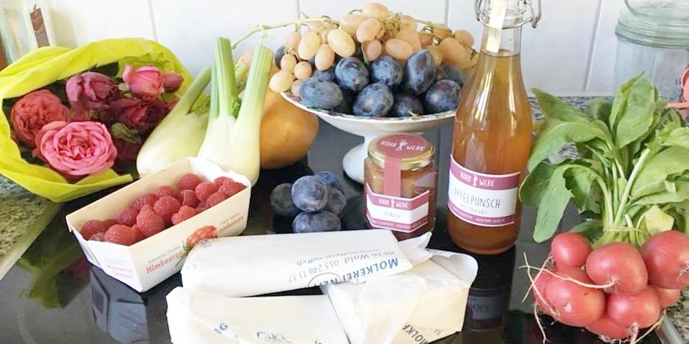 Bunter Einkauf mit Blumen, Beeren, Fenchel, Radiesli, Zwetschgen, Käse und Fruchtaufstrich von Rühr-Werk. Eben Dinge die gelebt haben.