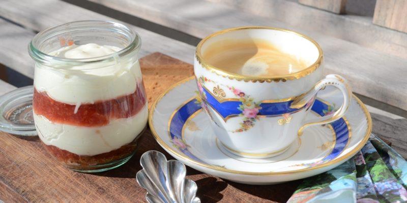 Kaffee mit Schichtdessert