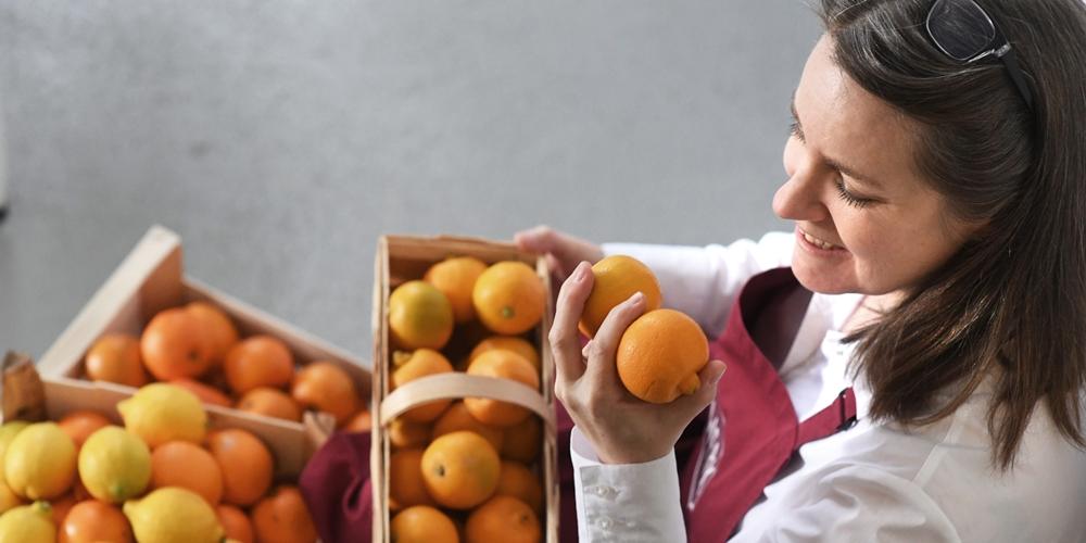 Frau Rührwerk prüft die Qualität von Zitrusfrüchten