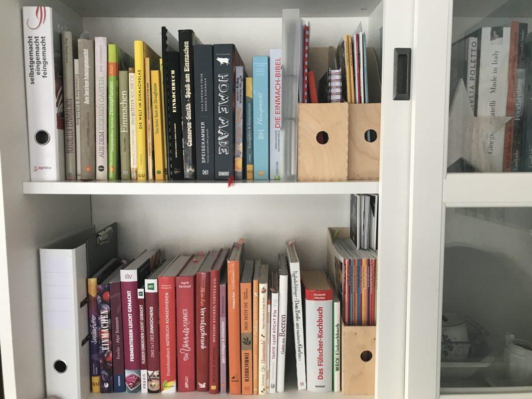 Schrank mit ganz vielen Büchern zu den Themen Einmachen, Einkochen, Vorrat und Zitrusfrüchte.