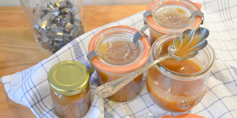 Gläser mit Caramel au Beurre salé