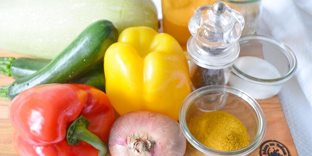 Verschiedenes Gemüse, Curry, Salz, Pfeffer und Essiga