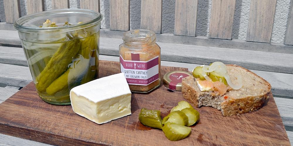 Zvieriplättli, mit Chutney, Brot, Käse und Gewürzgurken