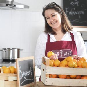 Karin Eggenberger alias Frau Rührwerk prüft die Qualität von Zitrusfrüchten, die im Zitruskurs in Genuss verwandelt werden.