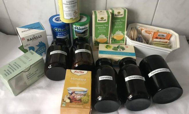 Viele verschiedene Tees, bereit fürs Aussortieren bei meiner Vorratschallenge im Januar.
