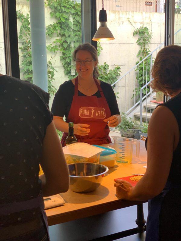 Frau Rührwerk erklärt Teilnehmenden im AtelierFoif, worum es beim Einmachen geht.