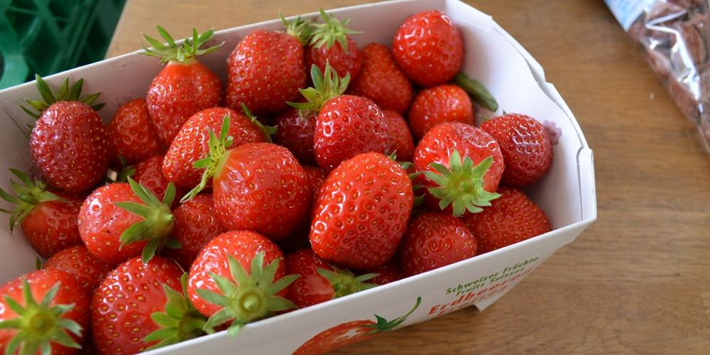 Schale mit reifen Erdbeeren