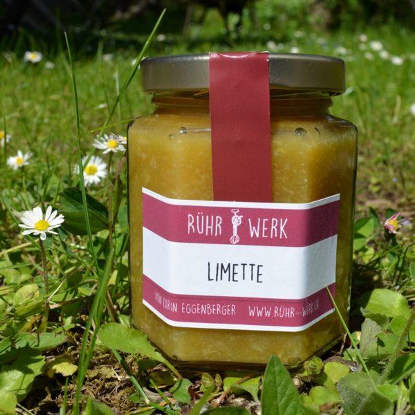 Ein Glas Limetten Marmalade auf der Wiese fotographiert