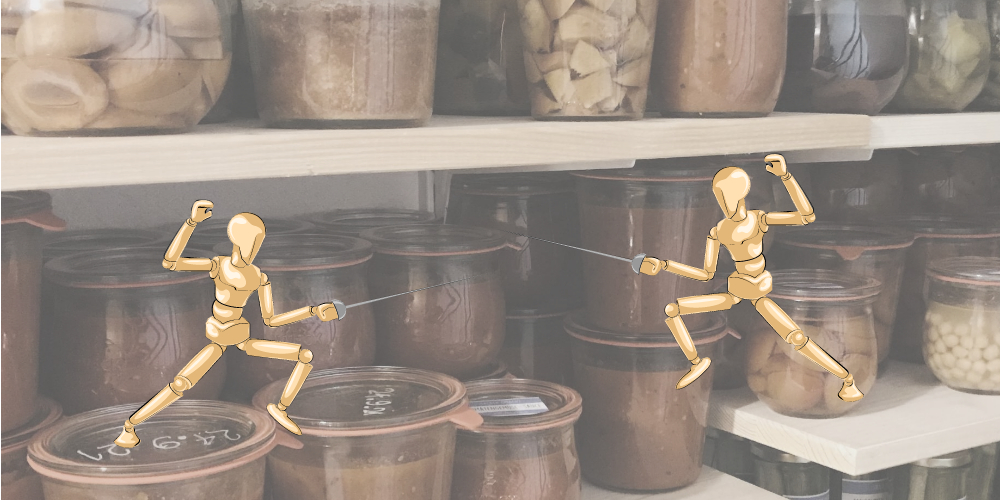 Zwei Holzpuppen-Kämpfer mit Säbeln vor dem Vorratsregal mit Weckgläsern